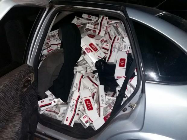 Quadrilha alvo da operação do Denarc também transportava caixas de cigarros contrabandeados (Foto: Divulgação/Denarc)