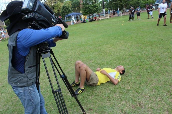 Hélder Rafael desaba em campo depois da seletiva do futebol americano (Foto: Divulgação/CG Predadores Gravediggers)