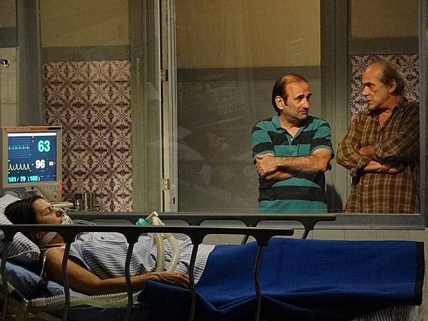 Laudelino e Chico torcem pela recuperação de Angélica (Foto: Amor Eterno Amor/TV Globo)