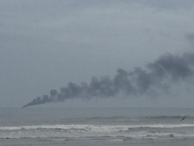 Embarcação pegou fogo e bombeiros precisaram fazer resgate em SP (Foto: Marcela Sanches / Arquivo Pessoal)