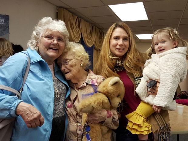 Betty Morrell viajou com a filha e neta para conhecer a mãe após 82 anos (Foto: Kimberly Miccio/AP)