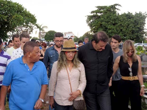 O músico Paraná (de preto) ao lado de familiares e amigos, durante sepultamento do irmão e parceiro, Chico Rey  (Foto: Alexandre Bastos/G1)