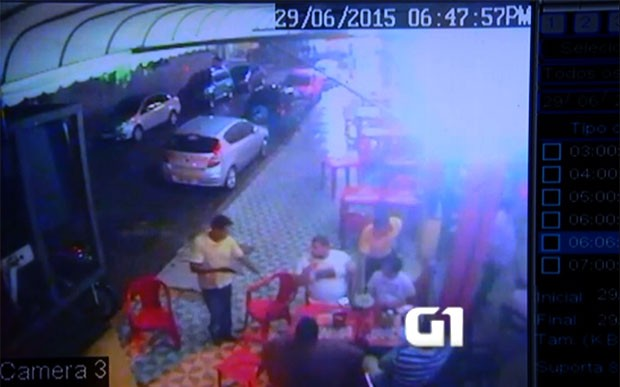 Assaltante, de camisa amarela, agiu sozinho. Com uma arma em punho, ele foi de mesa em mesa recolhendo os pertences dos clientes (Foto: Cedida/Zumbi Bar)