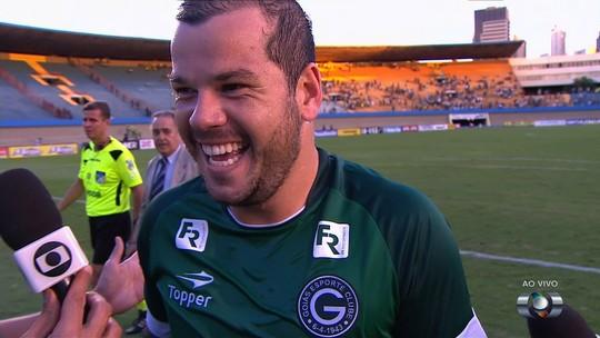 Tiago Luís comemora gol e vitória do Goiás no primeiro jogo da semifinal
