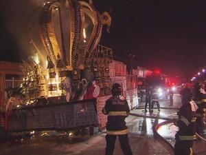 Bombeiros enfrentaram fogo de carro alegórico que ainda estava energizado (Foto: Reprodução/TV Tribuna)
