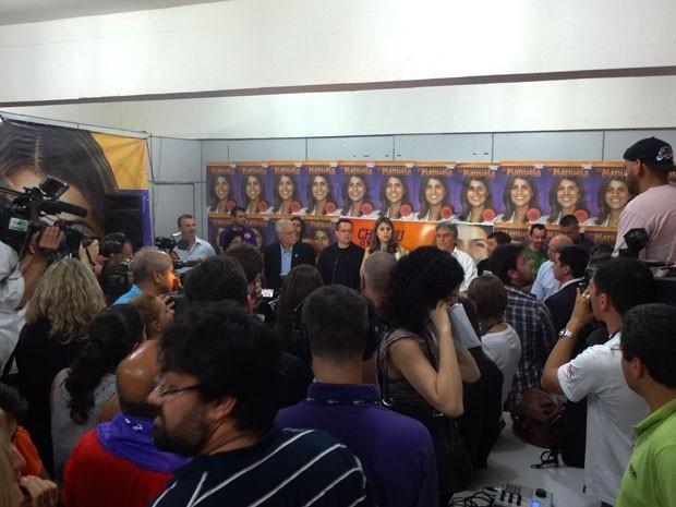 Comitê ficou lotado para a coletiva de Manuela D'Ávila (Foto: Caetanno Freitas/G1)