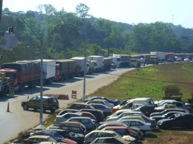 Cerca de 200 caminhões e carretas estão parados na BR-364, em Porto Velho (Foto: PRF/Divulgação)