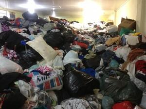 Cinco toneladas de donativos ainda guardam triagem no galpão da Defesa Civil Municipal (Foto: Assem Neto/G1 RO)