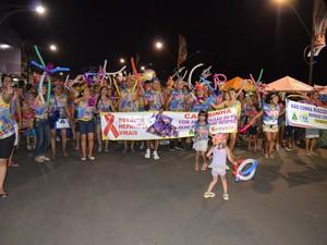 Bloco da Camisinha abriu a segunda noite de desfiles na orla de Santarém, neste sábado (14) (Foto: João Machado/G1)