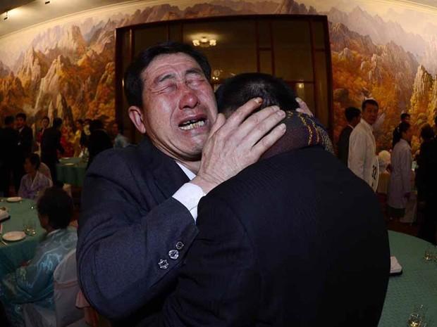 O sul-coreano Park Yang-gon (dir.), de 53 anos, é abraçado por seu irmão Park Yang-su, que foi abduzido pela Coreia do Norte, durante encontro familiar no resort Monte Kumgang, na Coreia do Norte. Um grupo de 100 sul-coreanos cruzou a fronteira para o enc (Foto: News1/Korea Pool/Reuters)