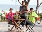 Sempre belas! Giovanna Antonelli e Julia Lemmertz rodam cena na orla do Rio