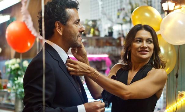 Honório (Marcos Palmeira) desconfia que esteja sendo traído por Leila (Dira Paes)  (Foto: divulgação / reprodução)