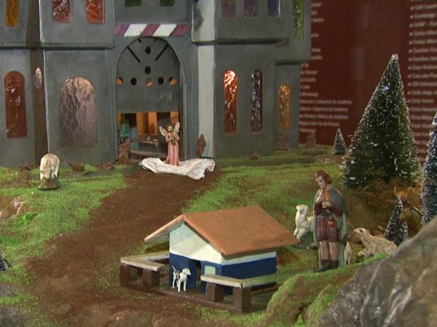 Além dos símbolos tradicionais, presépio possui outros elementos, como castelo e locomotiva (Foto: Reprodução/RPC TV)