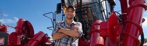 Ex-cortador de cana ganha o triplo para operar colheitadeira de luxo (Érico Andrade/G1)