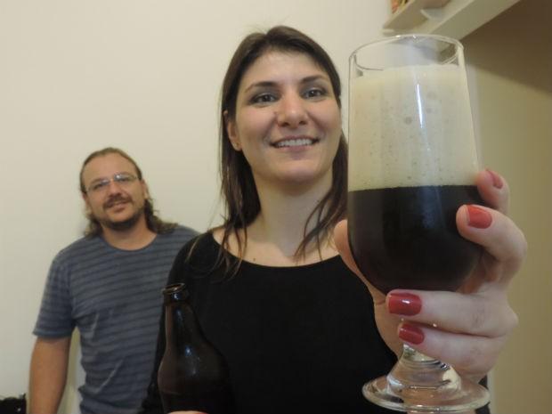 Casal produz cerveja artesanal todos os meses e vende garrafa de 600 ml  (Foto: Carlos Dias/G1)
