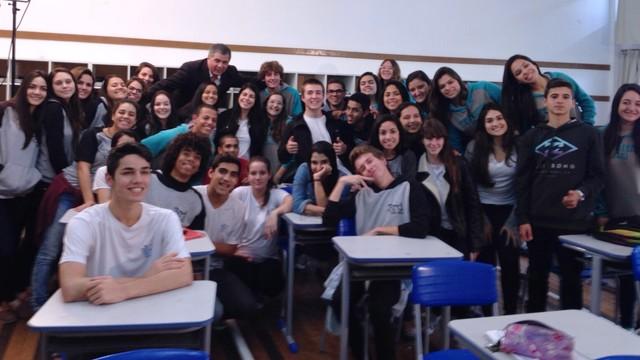 Mário Motta esteve com alunos do Instituto Estadual de Educação para bloco especial (Foto: RBS TV/Divulgação)