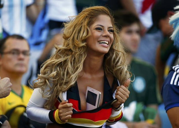Fã alemã imita Larissa Riquelme (Foto: REUTERS/Michael Dalder)