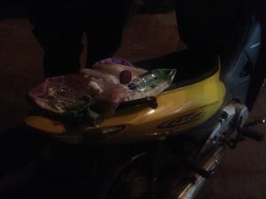 Foram encontrados produtos de beleza no compartimento da moto amarela que teria sido usada no crime, em Porto Nacional (Foto: Jesana de Jesus/G1)