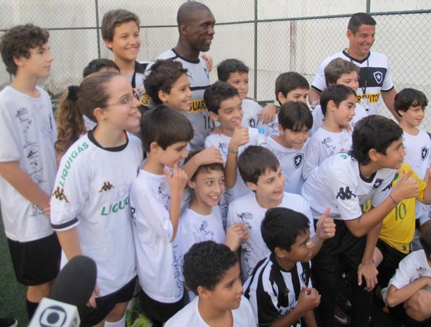 Seedorf com crian&#231;as (Foto: Rafael Cavalieri / Globoesporte.com)