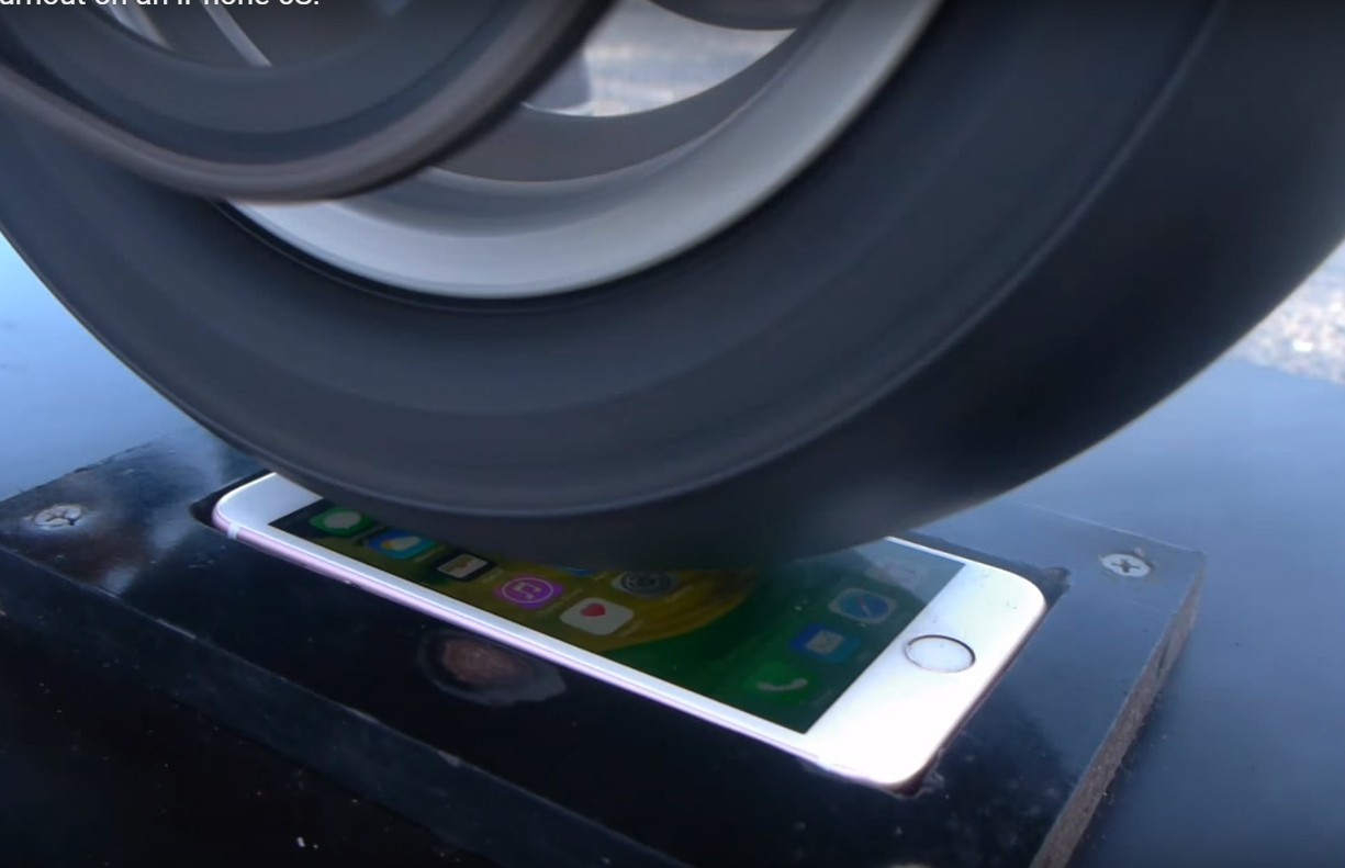 """Ducati 916 faz """"fritada"""" de pneu em cima do pobre iPhone 6S (Foto: Reprodução)"""