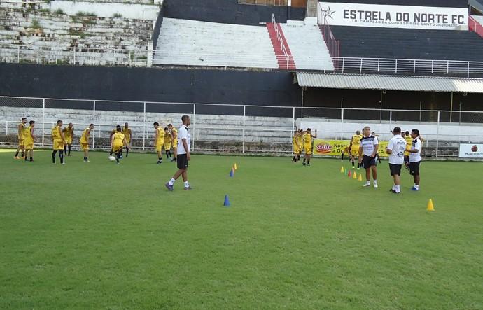 Foto (Foto: Jogadores do Estrela do Norte fazem alongamento durante treino físico Foto: Divulgação/Estrela do Norte)