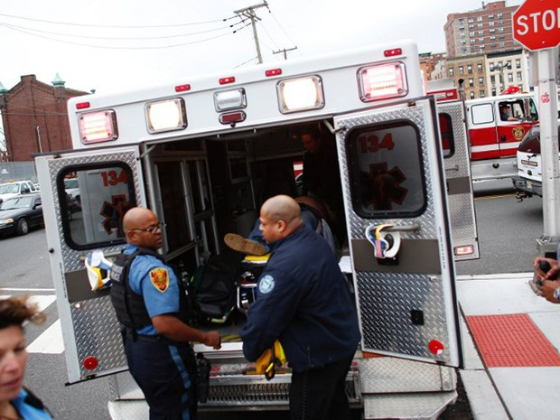 Equipes de emergência resgatam feridos em acidente de trem na estação Hoboken, ocorrido na manhã desta quinta-feira (29) (Foto: Kena Betancur / AFP)