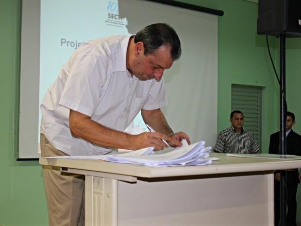 Governador do Amazonas, Omar Aziz, assinou acordo de cooperação técnica para do Projeto Cidades Digitais (Foto: Adneison Severiano G1/AM)
