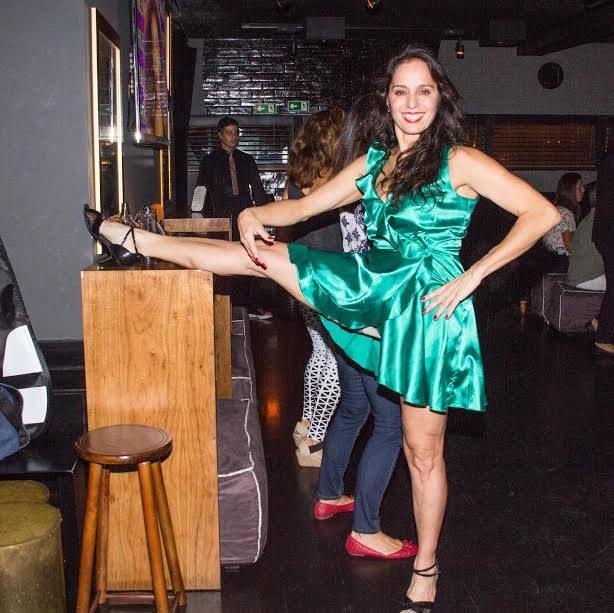 Claudia Mauro mostra elasticidade (Foto: Verônica Pontes)