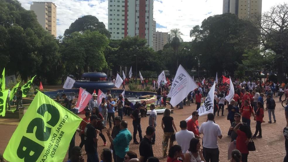 Grupos se concentram em praça de Campo Grande (Foto: Dyego Queiroz/ TV Morena)