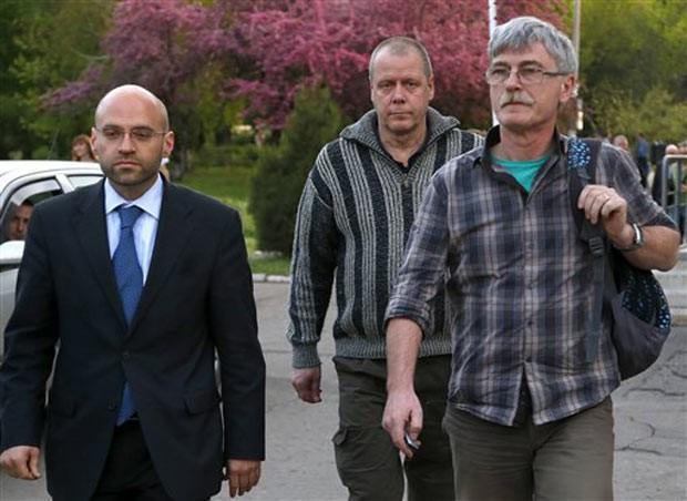Observador sueco é libertado neste domingo (27) em Slaviansk (Foto: Sergei Grits/AP)