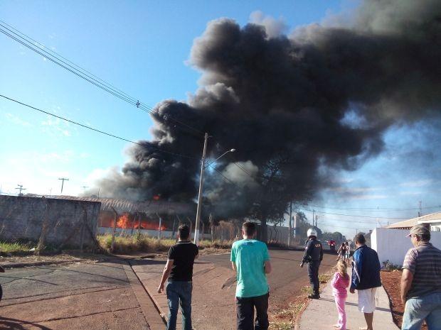 Incêndio atingiu barracão de feira agropecuária (Foto: Netto Galacine - TEM Você)