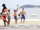 Sem camisa, Rodrigo Hilbert joga vôlei com amigos em praia no Rio