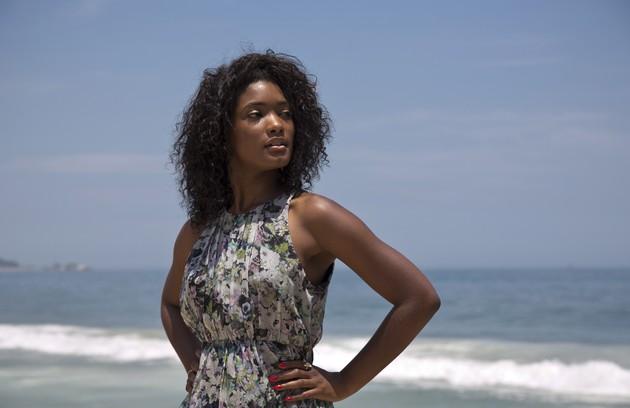 Erika Januza posa para o site patriciakogut.com na Praia do Leblon, Zona Sul do Rio/ Foto: Paula Giolito (FOTO: Foto: Paula Giolito)