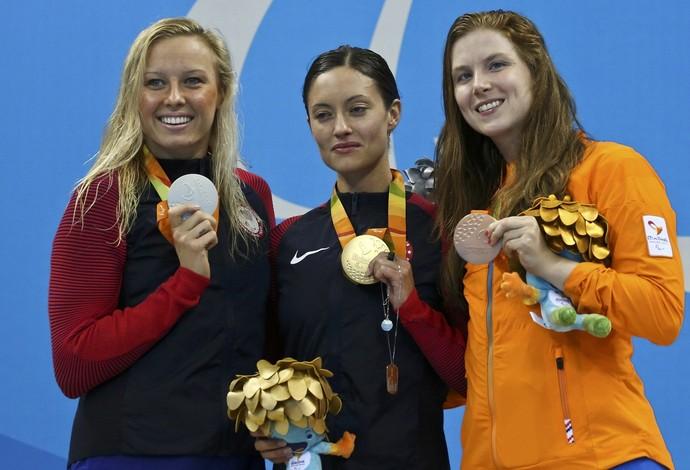 Descrição da imagem: Elizabeth Marks posa com a medalha de ouro entre as rivais (Foto: REUTERS)