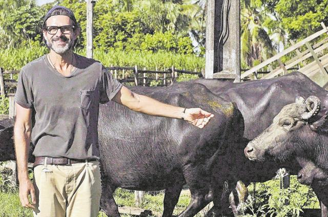 Alberto Renault na ilha de Marajó para registrar a produção de queijo de búfala para o 'Chefs brasileiros' (Foto: Bruno Prada)