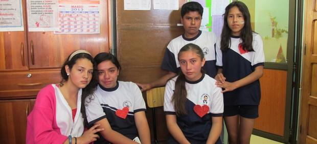 Da esquerda pra direita: Eliana, Alanny, Gretzel, Emanuel e Leidi - amigos de Kevin Espada (Foto: Leandro Canônico)