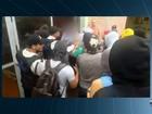 Alunos retiram diretor à força e ocupam prédio da UFG; veja vídeo