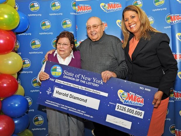 Harold Diamond e sua mulher, Carol, recebem o cheque simbólico de seu prêmio das mãos de Yolanda Veja (direita), em Wallkill, NY (Foto: AP Photo/Times Herald-Record, John DeSanto)