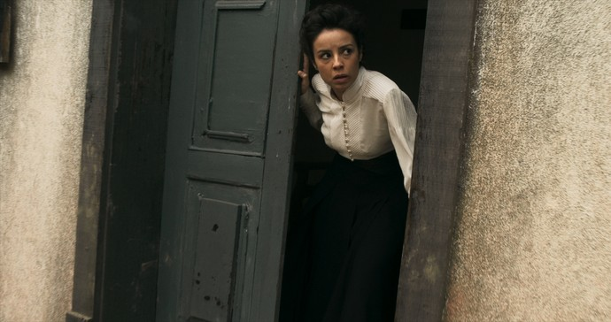 Joaquina consegue fugir da casa de Rubião (Foto: TV Globo)
