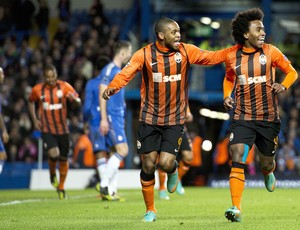 Luiz Adriano e William, Chelsea e Shakhtar (Foto: Agência AFP)