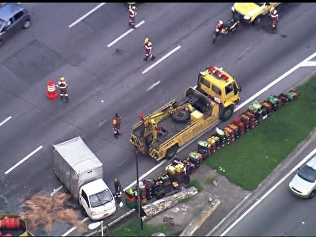 Caminhão já destombado na Marginal Pinheiros na manhã desta sexta-feira (28) (Foto: Reprodução/TV Globo)