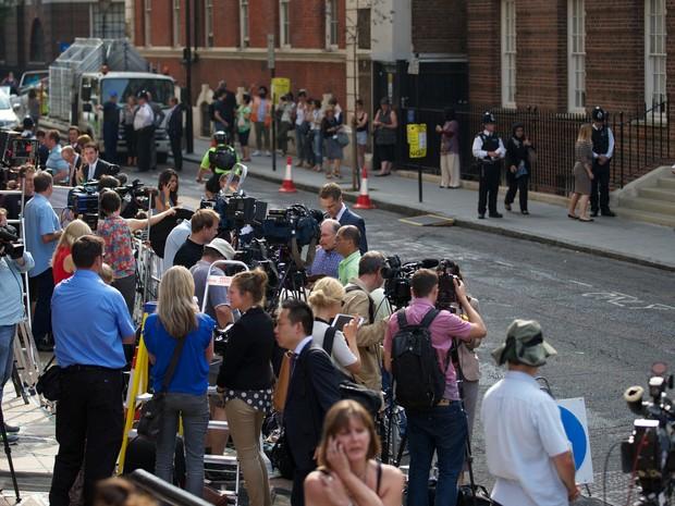 Movimentação em frente à ala Lindo do hospital St. Mary, em londres, na Inglaterra (Foto: Andrew Cowie/ AFP)