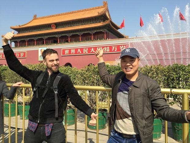 Matt Stopera e seu 'amigo laranja' durante o passeio pela China (Foto: Qingqing Chen / BuzzFeed/ Arquivo pessoal)
