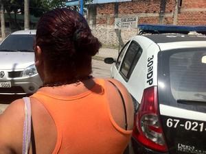 Mãe de jovem preso em Rocha Miranda chega à delegacia (Foto: G1)