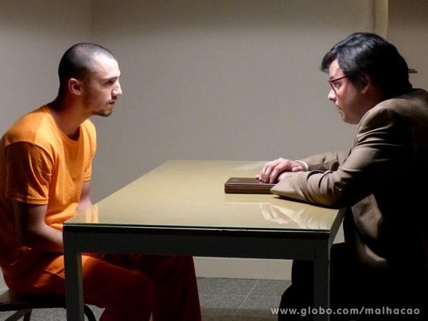 """Sal aceita """"ajuda"""" de Alemão para fugir da cadeia (Foto: Malhação/ TV Globo)"""