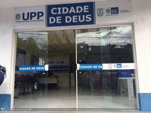 Rio de Janeiro Porta de vidro da UPP da Cidade de Deus foi quebrada durante ataque  (Foto: Mariucha Machado/ G1)
