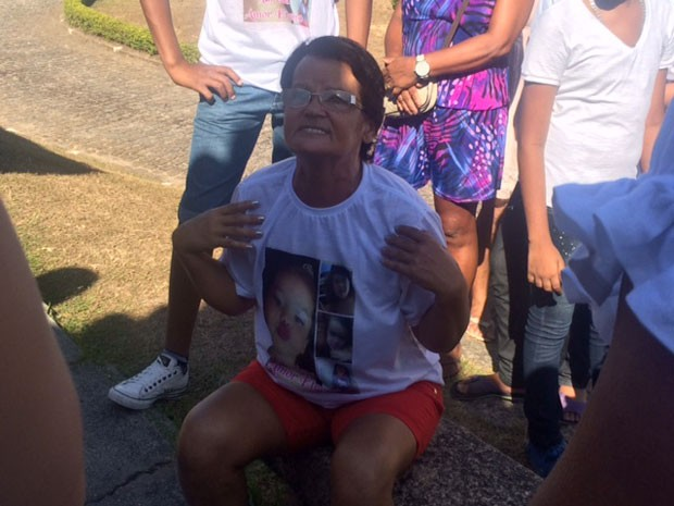 Avó chora e lamenta a morte de Larissa, de 4 anos (Foto: Alba Valéria Mandonça / G1)