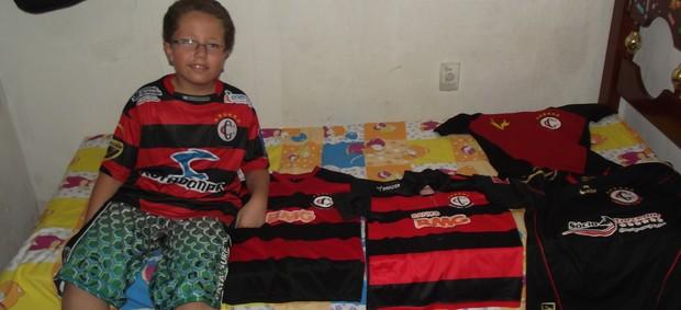 Torcedor mirim, Francisco, é apeixonado e tem coleção de camisas do Campinense (Foto: Silas Batista / Globoesporte.com/pb)