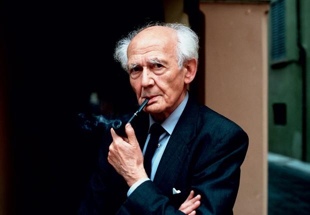 NA ATIVA O professor Zygmunt Bauman em 2012. Aos  88 anos, ele faz palestras, dá aulas e lança livros (Foto: Leonardo Cendamo/AFP)