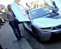 Amir Khan tira onda com seguidores e faz test drive em carrão de R$ 370 mil